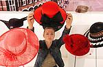Foto: VidiPhoto<br /> <br /> HORST - In Museum de Kantfabriek wordt Hoedjesdag nog eens dunnetjes overgedaan. Vrijdag wordt een tentoonstelling ingericht met een twintigtal hoeden van vrouwelijke parlementsleden en ministers die tijdens Prinsjesdag werden gedragen. Het is volgens het museum de eerste en enige mogelijkheid om het grootste deel van de gedragen hoedjes in &eacute;&eacute;n ruimte bij elkaar te zien. De expositie is eenmalig en duurt tot 22 november. Bedenkster van de unieke tentoonstelling is Tessa Taylor, studente creatief vakman aan de opleiding Sint Lucas in Boxtel. Zij benaderde in het kader van haar stage-opdracht alle kamerleden en ministers. Die reageerden over het algemeen zeer positief. Slechts vier kamerleden van verschillende partijen kwamen hun toezegging niet na. Van Marianne Thieme (PvdD) en Clara Dick-Faber (CU) zijn niet alleen hun hoedjes, maar ook de gedragen kleding en schoenen te zien.