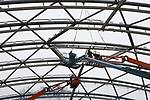 Foto: VidiPhoto<br /> <br /> ARNHEM - Maandag heeft Burgers&rsquo; Zoo het laatste deel van de dakconstructie van Burgers&rsquo; Mangrove geplaatst. Nog deze week worden tenslotte de speciale luchtkussens van FoilTec in deze constructie aangebracht, waarna met de inrichting van de hal wordt begonnen. In totaal is dan 250 ton gegalvaniseerd staal omhoog gehesen, geleverd door Moeskops Staalbouw uit Bergeijk. Iedere spant heeft een afwijkende maat. De contouren van het zeekoeienbassin van 1 miljoen liter water zijn inmiddels al duidelijk zichtbaar. Met een oppervlakte van 3000 vierkante meter en een maximumhoogte van 16 meter wordt Burgers&rsquo; Mangrove de grootste overdekte mangrove ter wereld. Zeekoeien, vlinders, wenkkrabben, vogels, vissen en reptielen zullen straks zo vrij mogelijk in dit natuurgetrouwe ecosysteem leven. Het Arnhemse dierenpark opent Burgers&rsquo; Mangrove officieel in de zomer van 2017. De bouwkosten bedragen 5 miljoen euro.