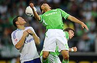 FUSSBALL   1. BUNDESLIGA   SAISON 2011/2012    5. SPIELTAG VfL Wolfsburg - FC Schalke 04                                  11.09.2011 Kyriakos PAPADOPOULOS (li, Schalke) gegen Makoto HASEBE (Mitte) und Mario MANDZUKIC (re, beide Wolfsburg)