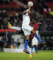 FUSSBALL   EUROPA LEAGUE   SAISON 2011/2012  SECHZEHNTELFINALE Hannover 96 - FC Bruegge                                    16.02.2012 Ryan Donk (li, Bruegge) gegen Mame Diouf (re, Hannover)