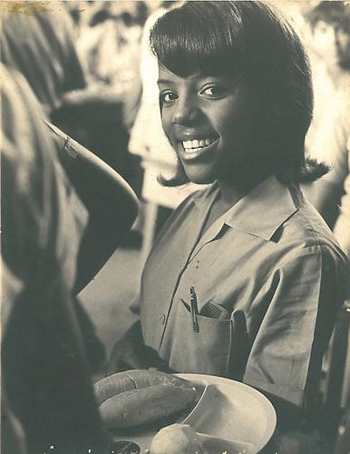 Alumna de la Escuela Pública, a la hora del desayuno escolar, 1971© Apeco.