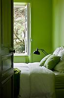 """C'est l'une de ces belles villas balnéaires que l'on aime admirer en longeant la plage de Pornic... Construite à la fin du XIXe siècle et rénovée il y a juste un an, cette belle endormie est devenue, avec ses espaces fluides et sa vue imprenable sur la mer, le repaire favori d'un couple et de ses quatre enfants. -- Au premier étage, la chambre d'amis a été peinte en vert, peinture """"Bambou"""", Flamant, en harmonie avec les pins marins que l'on aperçoit dans l'encadrement de la fenêtre."""