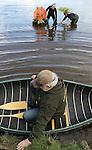 Foto: VidiPhoto<br /> <br /> ZWOLLE &ndash; Leden van tuinvereniging Groei &amp; Bloei uit Zwolle testen dinsdag in het water van de Wijde Aa in Zwolle, in bijzijn van zeeverkenners en een duiker, het drijfvermogen van bloemstukken. De vereniging is door de gemeente gevraagd om voor de rondvaart van koning Willem-Alexander op Koningsdag een deel van de Thorbeckegracht op te fleuren met 49 drijvende tuintjes met oranje, witte en blauwe bloemen en planten. Om er zeker van te zijn dat de creaties op Koningsdag blijven drijven, ook bij stevige golfslag, wordt er uitgebreid ge&euml;xperimenteerd. Het felurige concept is ontworpen door tuinontwerper Harry Pierik en uitgevoerd door studenten van AOC de Groene Welle en bloemschikkers van Groei &amp; Bloei. De drijvende eilandjes worden in de gracht als een bloeiend lint met elkaar verbonden.