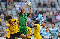 2. Oktober 2011: Muenchen, Allianz Arena: Fussball 2. Bundesliga, 10. Spieltag: TSV 1860 Muenchen - SG Dynamo Dresden: Dresdens Torwart Wolfgang Hesl faengt den Ball sicher in der Luft.