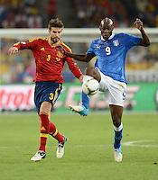 FUSSBALL  EUROPAMEISTERSCHAFT 2012   FINALE Spanien - Italien            01.07.2012 Gerard Pique (li, Spanien) gegen Mario Balotelli (re, Italien)