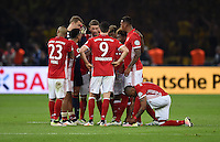FUSSBALL  DFB POKAL FINALE  SAISON 2015/2016 in Berlin FC Bayern Muenchen - Borussia Dortmund         21.05.2016 Die Bayern schwören sich auf das Elfmeterschiessen ein. Torwart Manuel Neuer (re) laesst sich  behandeln
