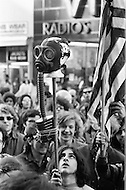 Manhattan, New York City, New York - April 22, 1970 <br /> A demonstrator holds up a gas mask attached to a mannequin's head during the first Earth Day. In 1970 a group of Columbia University students organized New York City&rsquo;s first Earth Day event. The event, designed to bring attention to environmental issues worldwide, is credited for launching the modern environmental movement. Now, more than one billion people around the world participate in Earth Day activities each year.<br /> Manhattan, New York City, NY. 22 avril 1970<br /> Les probl&egrave;mes de pollution de l&rsquo;environnement requi&egrave;rent toute notre attention, Un groupe d&rsquo;&eacute;tudiants de l&rsquo;Universit&eacute; de Columbia a organis&eacute; &agrave; New York le premier &ldquo;Earth Day&ldquo; quelques milliers de personnes essentiellement des jeunes et des couples avec leurs enfants participeront &agrave; cette journ&eacute;e. Aujourd&rsquo;hui, plus d&rsquo;un milliard de personnes sont associ&eacute;es aux activit&eacute;s des &ldquo;Earth Day&ldquo;.