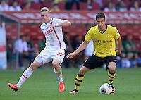 Fussball  1. Bundesliga  Saison 2013/2014    FC Augsburg - Borussia Dortmund      10.08.2013 Andre Hahn (li, FC Augsburg) gegen Robert Lewandowski (Borussia Dortmund)