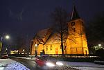 Foto: VidiPhoto<br /> <br /> VALBURG - Een 'kerstkaart' vanuit Valburg, zaterdag, &eacute;&eacute;n dag na Tweede Kerstdag. Matige tot zware sneeuwval heeft de zuidelijke provincies en Midden-Nederland in een dik winters tapijt veranderd. De sneeuw zorgt niet alleen voor veel overlast, maar ook voor tal van sfeervolle plaatjes, zoals hier de eeuwenoude hervormde kerk van het Betuwse Valburg. De onderbouw van de toren dateert uit de 11e eeuw. Het middenstuk van het Rijksmonument werd vanaf de 13e eeuw gebouwd en het gotische koor is 15e eeuws. Voor de reformatie was de kerk opgedragen aan Sint Jacobus de Meerdere. 's Avonds en 's nachts staat het historische gebouw letter in de schijnwerpers. Iedere zondag worden er nog twee diensten gehouden.
