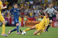 FUSSBALL  EUROPAMEISTERSCHAFT 2012   VORRUNDE Ukraine - Frankreich               15.06.2012 Jeremy Menez (li, Frankreich) gegen Yevhen Khacheridi (re, Ukraine)