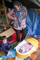 SERBIEN, 08.2016, Kelebija. Internationale Fluechtlingskrise: An der mit Zaeunen abgesperrten ungarischen Grenze stauen sich Fluechtlinge und Migranten. Sie bitten meist vergebens um Einlass in die  Asyl- und Transitzonen (blaue Container). So haben sich auf serbischer Seite provisorische Lager mit sehr schlechten Bedingungen gebildet. | International refugee crisis: Refugees and migrants have been piling up at the fenced-off Hungarian border. They are waiting for entrance into the asylum and transit zones (blue containers), mostly in vain. Thus provisional camps have emerged on the Serbian side with very bad conditions. In the picture Noor Mahmud and Ali Mahmud.<br /> &copy; Szilard V&ouml;r&ouml;s/EST&amp;OST