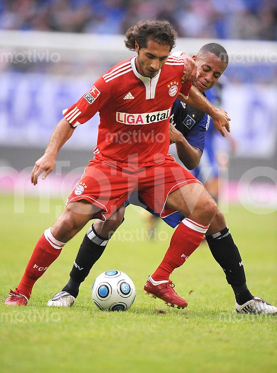 FUSSBALL     1. BUNDESLIGA     SAISON 2009/2010     18.07.2009 T-Home Cup , FC Bayern Muenchen  - Hamburger SV , HSV, 0:1,  Zweikampf  Hamit Altintop  ( li,  FCB ) gegen Dennis Aogo ( HSV )