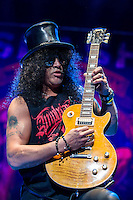 Slash performing with Myles Kennedy and the Conspirators, HiSense Arena, Melbourne, 26 August 2012