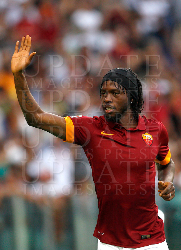 Calcio, amichevole Roma vs Fenerbahce. Roma, stadio Olimpico, 19 agosto 2014.<br /> Roma forward Gervinho, of Ivory Coast, waves to fans as he arrives for the team's presentation, prior to the friendly match between AS Roma and Fenerbahce at Rome's Olympic stadium, 19 August 2014.<br /> UPDATE IMAGES PRESS/Riccardo De Luca