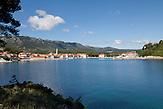 Malerisch liegt die Ortschaft Jelsa mit ihrem Hafen an der Küste der dalmatinischen Insel Hvar. / The picturesque town of Jelsa is located with its harbor on the coast of the Dalmatian island of Hvar.
