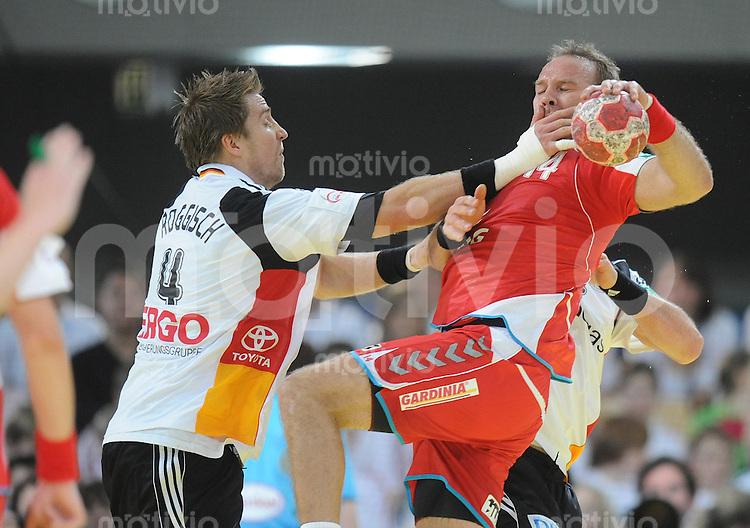 Handball EM Herren 2010 Vorrunde Deutschland - Polen 19.01.2010 Oliver Roggisch (GER links) gegen Mariusz Jurasik (POL)