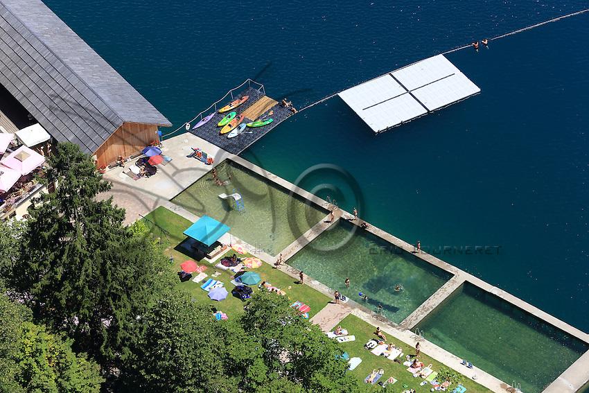 The beaches and natural pools of Lake Bled photographed from up in the castle.///Les plages et piscines naturelles du lac de Bled photographiées du haut du château.