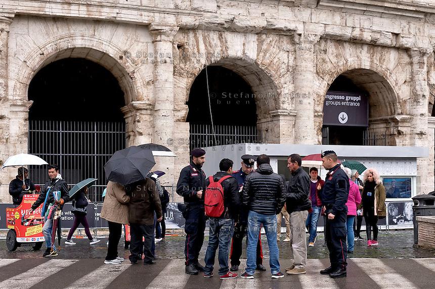 Roma 23 Novembre 2015<br /> Colosseo sorvegliato speciale in vista del Giubileo essendo un luogo di forte impatto turistico. Il piano, ideato dalla questura con la prefettura e forze dell&rsquo;ordine, prevede un potenziamento dei controlli antiterrorismo nella zona intorno al Colosseo. Carabinieri durante i controlli antiterrorismo al Colosseo.<br /> Rome 23 November 2015<br /> Colosseum special surveillance in view of the Jubilee being a place of great tourist impact. The plan, devised by the police with the prefecture, provides for the reinforcement of anti-terrorism controls in the area around the Colosseum.  Carabinieri  during anti-terrorism controls the Colosseum.