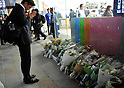 October 6, 2011, Tokyo, Japan - Japanese pay tribute to Steve Jobs at the demise of the Apple co-founder in front of its store at Tokyos bustling Ginza district on Thursday, October 6, 2011. Jobs, who invented and masterfully marketed ever-sleeker gadgets that transformed everyday technology, from the personal computer to the iPod and iPhone, has died peacefully surrounded by family, said Apple on Wednesday. He was 56. (Photo by Natsuki Sakai/AFLO) [3615] -mis-
