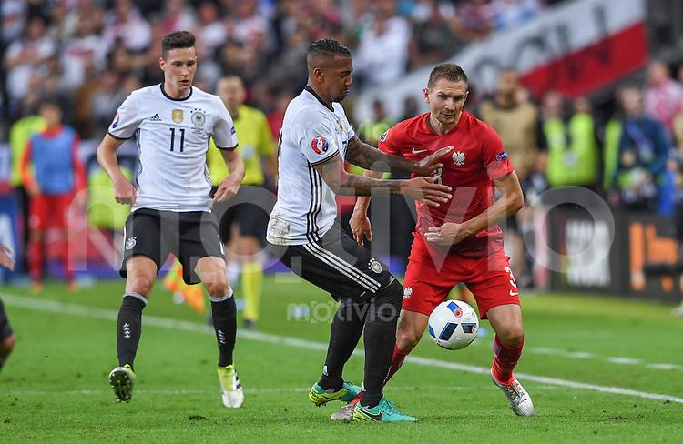 FUSSBALL EURO 2016 GRUPPE C IN PARIS Deutschland - Polen    16.06.2016 Julian Draxler (li) und Jerome Boateng (Mitte, beide Deutschland) gegen Artur Jedrzejczyk (re, Polen)