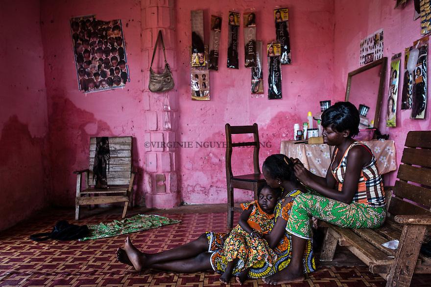 CAR, Bangui:Hairdresser for woman in the market of PK5. 16th april 2016<br /> <br /> RCA, Bangui: Une coiffeuse pour femme dans le march&eacute; du PK5: 16 avril 2016