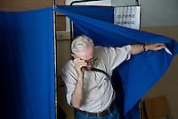 Atene,17 giugno 2012 elezioni politiche nazionali: un uomo anziano esce dalla cabina elettorale in un seggio della citt&agrave;.<br /> Athens, June 17, 2012 national elections, voting<br /> Ath&egrave;nes, Juin 17, 2012 &eacute;lections nationales, les bureaux de vote