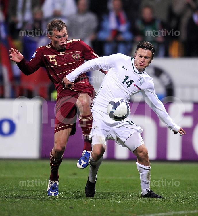 Fussball International   WM  2010  Play Off    18.11.2009 Slowenien - Russland , SLO - RUS ,  Zlatko Dedic (re, SLO) gegen Vasilij Berezuckij (li, RUS)