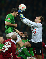 FUSSBALL   1. BUNDESLIGA   SAISON 2012/2013    20. SPIELTAG SV Werder Bremen - Hannover 96                           01.02.2013 Sokratis Papastathopoulos (SV Werder Bremen) gegen Robert Zieler (re, Hannover)