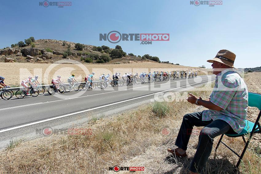A fan of cycling greets riders in the peloton during the stage of La Vuelta 2012 between Huesca and Motorland Aragon (Alcaniz).August 24,2012. (ALTERPHOTOS/Paola Otero) /NortePhoto.com<br /> <br /> **CREDITO*OBLIGATORIO** *No*Venta*A*Terceros*<br /> *No*Sale*So*third* ***No*Se*Permite*Hacer Archivo***No*Sale*So*third*