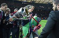 FUSSBALL  CHAMPIONS LEAGUE  FINALE  SAISON 2014/2015   Juventus Turin - FC Barcelona                 06.06.2015 Der FC Barcelona gewinnt die Champions League 2015: Torwart Marc Andre ter Stegen klettert mit dem Pokal in der Hand ueber die Bande