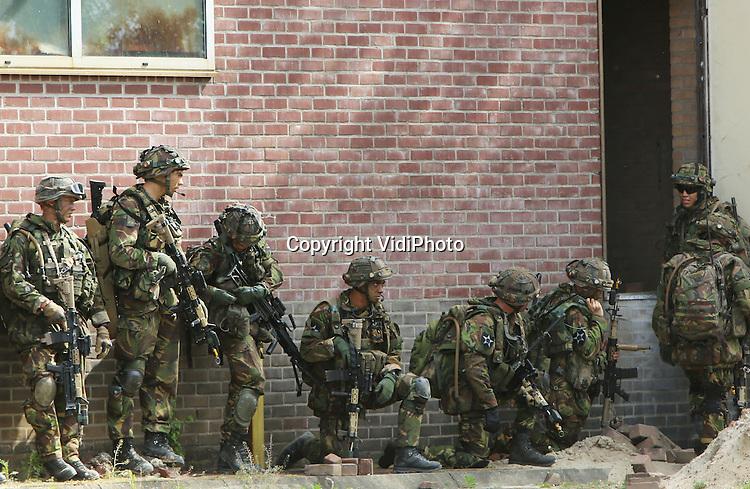 Foto: VidiPhoto<br /> <br /> DOORWERTH - Militairen van de Luchtmobiele Brigade hebben dinsdag een voormalige steenfabriek bij kasteel Doorwerth veroverd op een oefenvijand, nadat ze eerst met een Chinook in de buurt werden gedropt. Later brachten de heli's ook nog 'rollend materieel'. De voertuigen en militairen nemen deel aan de oefening Reliable Sword, die deze week in de provincies Gelderland, Utrecht en Noord-Brabant wordt gehouden. Duitse militairen oefenen samen met de Nederlandse 11 Luchtmobiele Brigade. De oefening staat in het kader van de zogenoemde Nato-responsforce, waarvan het Nederlands-Duitse Legerkorps deel uitmaakt. Januari 2015 moet dit onderdeel inzetbaar zijn. In totaal nemen er 2000 Nederlandse en Duitse militairen aan deel.