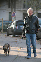 Dave promène son chien dans les rues de Paris - France