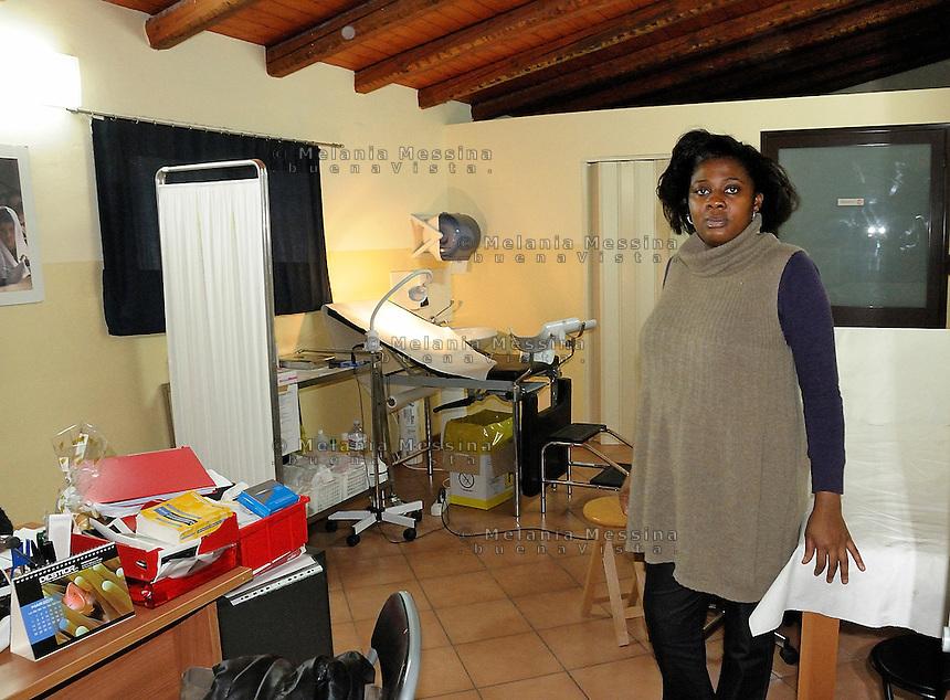 Palermo, headquarters of Emergency:pregnant woman waiting for the control by the obstetrician.<br /> Palermo, locali dell'ambulatorio di Emergency:Una donna incinta in attesa di effettuare dei controlli da un'ostetrica