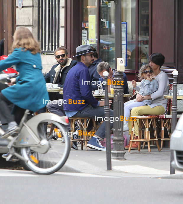 PHOTOS EXCLUSIVES - Florence Foresti sa fille son ex et son papa  passent un moment ensemble, à la terrasse d'un bistrot parisien..Paris, 29 septembre,  2012.