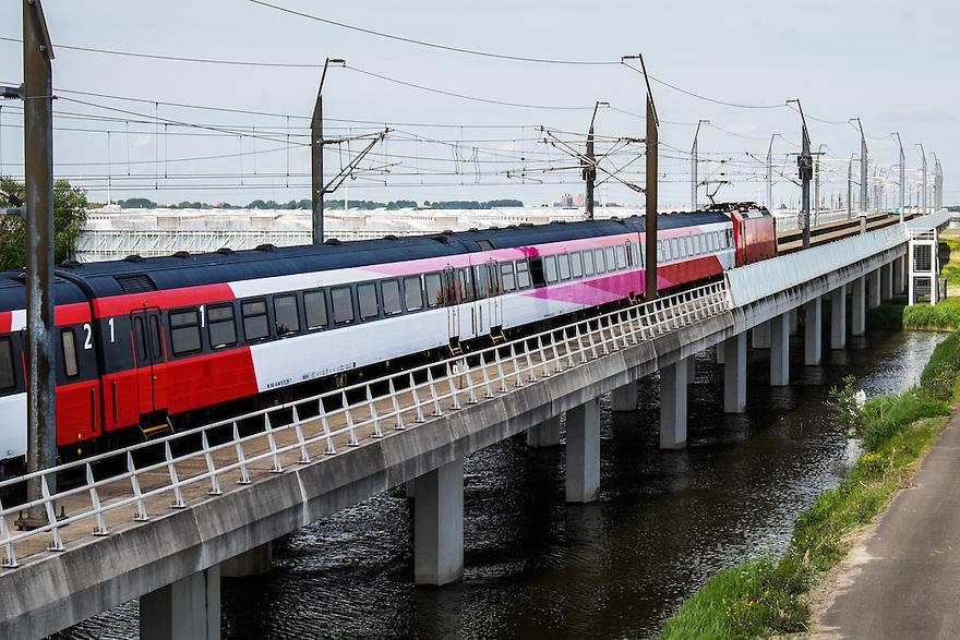 Nederland, Bleiswijk, 17 mei 2015<br /> Hogesnelheidslijn ter hoogte van Bleiswijk. In plaats van een hoge snelheidstrein van de Fyra rijdt een gewone trein op het traject. <br /> <br /> Foto: Michiel Wijnbergh