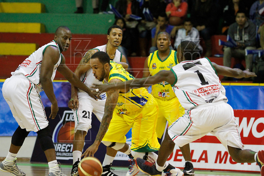 MANIZALEZ -COLOMBIA-27-05-2013. Franklin Forbes (D) de Once Caldas disputa el balón con  Darren Dorsey (C) de Bambuqeros durante partido de los PlayOffs de la  Liga DirecTV de baloncesto Profesional de Colombia realizado en el coliseo Municipal de Caldas./  Franklin Forbes (R) of Once Caldas fights for the ball with Bambuqueros player Darren Dorsey  (C) during match of PlayOffs of  DirecTV professional basketball League in Colombia at Caldas Municipal coliseum in Manizales. Photo: VizzorImage/Yonboni/STR