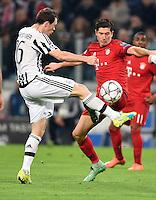 FUSSBALL CHAMPIONS LEAGUE  SAISON 2015/2016  ACHTELFINALE HINSPIEL Juventus Turin - FC Bayern Muenchen             23.02.2016 Stephan Lichtsteiner (li, Juventus Turin) gegen Robert Lewandowski (re, FC Bayern Muenchen)