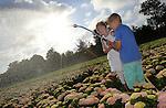 Foto: VidiPhoto<br /> <br /> BOSKOOP &ndash; Enthousiast besproeien Janine (8) en Jacco (6) Nell maandagochtend voor schooltijd duizenden tuinhortensia&rsquo;s op kwekerij De Jong Plant uit Boskoop, waar vader Eelco bedrijfsleider is. Tijdens deze warme dagen vinden de kinderen het geweldig om de planten -en zichzelf- iedere ochtend een verkoelende douche te geven. Ondanks de paar regenbuien van de afgelopen dagen, snakken de tuinplanten nog steeds naar water. Zon en wind zorgen voor een snelle verdamping van vocht, waardoor de toch al waterminnende hortensia een extra slokje goed kan gebruiken. In de land- en tuinbouw worden momenteel veel gewassen extra beregend. Op het bedrijf wordt gebruik gemaakt van een 3,5 miljoen liter groot regenwaterbassin. Genoeg om een lange droogteperiode te kunnen overbruggen. De Jong Plant is een van de 25 tuinhortensiakwekers in Nederland die gezamenlijk 5 miljoen hortensia&rsquo;s telen voor de Europese markt.