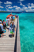 Croisiéristes australiens en escale aux îles Loyauté (Nouvelle-Calédonie) débarquant du paquebot Pacific Pearl au mouillage de Easo, Lifou