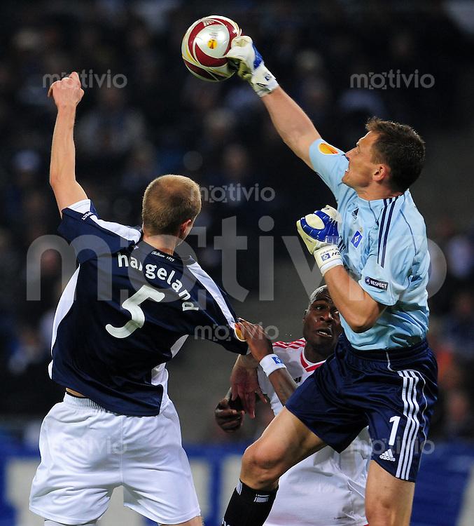 FUSSBALL  UEFA EUROPA LEAGUE   SAISON 2009/2010   Halbfinale Hamburger SV - FC Fulham                        22.04.2010 Frank ROST (re) und Guy DEMEL (Mitte, beide Hamburg) gegen Brede HANGELAND (li, Fulham)