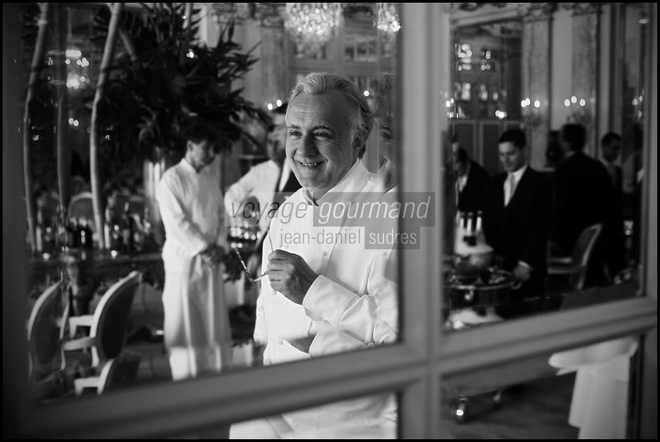 Europe/Monaco/Monte Carlo: restaurant: Louis XV / Alain Ducasse à l'Hôtel de Paris  - Alain Ducasse dans la salle du restaurant avant un service [Non destiné à un usage publicitaire - Not intended for an advertising use]