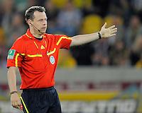 Fussball, 2. Bundesliga, Saison 2011/12, SG Dynamo Dresden - Vfl Bochum, Montag (12.09.11), gluecksgas Stadion, Dresden. Schiedsrichter Markus Schmidt gestikulierend.