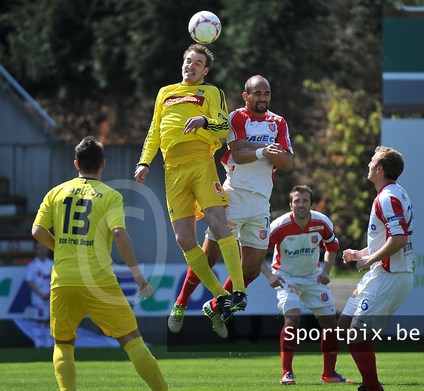 Moeskroen Peruwelz - SK Sint-Niklaas  : kopduel tussen Kurt Weuts (l) en Jugurtha Domrane (r).foto VDB / BART VANDENBROUCKE
