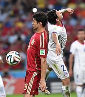 FUSSBALL WM 2014  VORRUNDE    Gruppe B     Spanien - Chile                           18.06.2014 Diego Costa (li, Spanien) gegen Eugenio Mena (re, Chile)