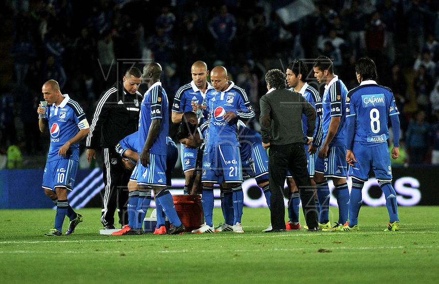 BOGOTA - COLOMBIA -11 -05-2014: Los jugadores de Millonarios al termino del partido Millonarios y Atletico Junior de vuelta por las semifinales de la Liga Postobon I 2014, jugado en el estadio Nemesio Camacho El Campin de la ciudad de Bogota. / The players of Millonarios at the end of a match between Millonarios and Atletico Junior for the second leg of the Liga Postobon I 2014 at the Nemesio Camacho El Campin Stadium in Bogoto city. Photo: VizzorImage /Luis Ramirez / Staff