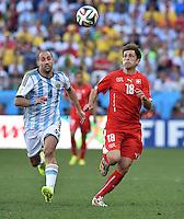 FUSSBALL WM 2014                ACHTELFINALE Argentinien - Schweiz                  01.07.2014 Pablo Zabaleta (li, Argentinien) gegen Admir Mehmedi (re, Schweiz)