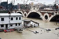 &nbsp;&nbsp;Roma 2 Febbraio 2014<br />  Dopo tre giorni di pioggia il livello dell'acqua nel fiume Tevere aumenta creando continuamente paura tra la popolazione locale. Il  barcone dei vigile del Fuoco  distrutto dalla piena del fiume tevere<br /> Roma &egrave; stata una delle citt&agrave; pi&ugrave; colpite da un'ondata di pioggia torrenziale che ha provocato numerosi allagamenti in vari quartieri della citt&agrave;.<br /> Rome, Italy. 2st February 2014<br /> After three days of rain the water level in the Tiber River rises continuously creating fear among the local population. The boat of the Firefighters destroyed by the flood of the River Tiber<br /> Rome has been one of the cities worst hit by a wave of torrential rain, that caused flooding in several different neighborhoods of the city.