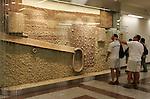 Olympia 2004 Athen Feature; Antike Ausstellung; Antike Wasserleitung in der U-Bahnstarion Akropolis