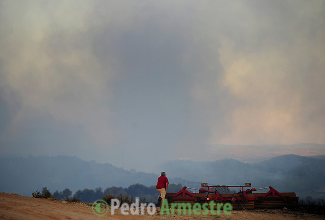 BARRANCO DEL CONGOSTO. A man looks at the Congosto ravine near the village of Alloza after a wildfire burned the area, on July 23, 2009 near Teruel. Some 500 people were battling another wind-fuelled wildfire in northeastern Spain which claimed the lives of four firefighters and seriously injured two others. Temperatures were forecast to reach 41 degrees Celsius (105 degrees Fahrenheit) in many parts of Spain, raising the risk that more wildfires could break out. on July 23, 2009. (C) Pedro ARMESTRE