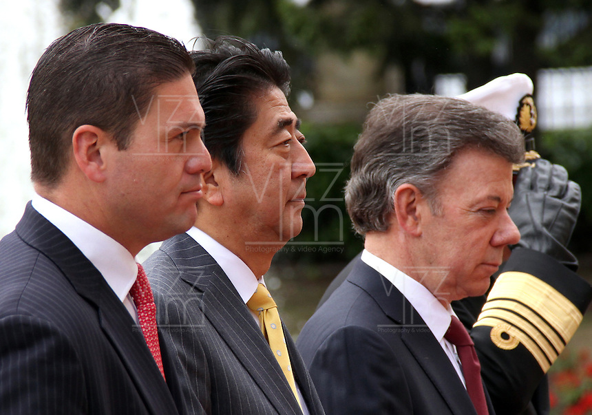 BOGOTA -COLOMBIA. 29-07-2014.  El primer Ministro de Japon Shinzo Abe (Centro) , el presidente de Colombia Juan Manuel Santos (Der) y el ministro de Defensa Nacional Juan Carlos Pinzon durante los honores militares en el Palacio de Nariño . Primera visita oficial de un madatario japones en 106 años a Colombia. / The Prime Minister of Japan Shinzo Abe (center), President of Colombia Juan Manuel Santos (Der) and Defense Minister Juan Carlos Pinzon during military honors at the Palacio de Nariño. .The first official visit by a Japanese madatario  to Colombia in 106 years, Photo: VizzorImage/ Felipe Caicedo / Staff